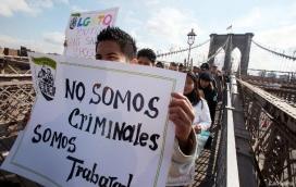 Un grup de manifestants d'origen llatinoamericà protestant contra les polítiques migratòries del president d'EUA Donald Trump
