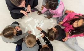 Infants fent una activitat a l'aula