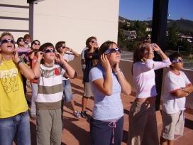 Alumnes de l'escola Solc mirant un eclipsi