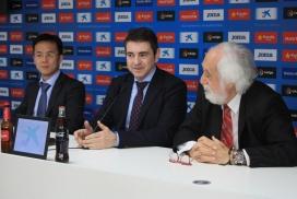 D'esquerra a dreta, el conseller del RCD Espanyol, Mao Ye, el diputat Josep Salom i el representant d'ESI, Josep Maldonado, en la presentació de la ratificació del conveni. Font: Diputació de Barcelona