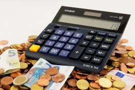 Imatge calculadora i monedes. Font: Pixabay