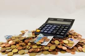 Imatge monedes i calculadora. Font: Pixabay
