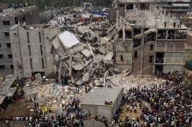 La fàbrica a Bangladesh, després de l'enfonsament a l'abril de 2013. Font: Wikipedia