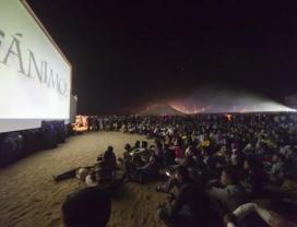 Projecció d'una pel·lícula al desert. Font: Fisahara