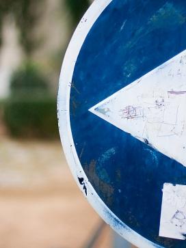 Fletxa en una senyal. Directors_desdibuix - miquel_Flickr