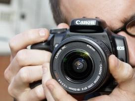 Un home fent una fotografia.