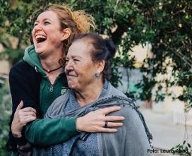 Voluntària abraçant una dona gran