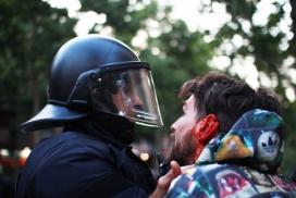Imatge d'Ivan Jiménez, amb l'orella sagnant després del cop de porra d'un Mosso d'Esquadra. Font: Fotomovimiento