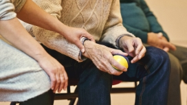 El voluntariat, peça clau per acompanyar a les persones d'edat avançada.