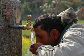 Home beu aigua d'una font al Nepal. Font: World Bank Photo Collection, Flickr