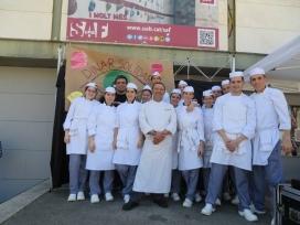 Grup d'estudiants d'Hosteleria encarregades i encarregats de cuinar el dinar (Font: FAS)
