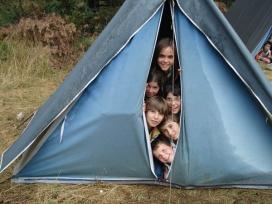 Infants dins d'una tenda de campanya