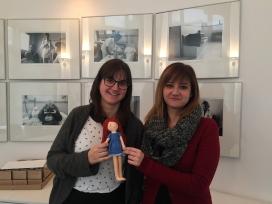 Arantxa De Lara i Anna Corrales, coordinadores de voluntariat de la Fundació, amb la nina de la Fundació, la Keta (Font: FCVS)