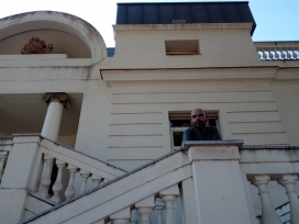 Miguel Aragón a la porta del centre de Torre Jussana