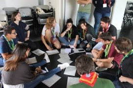 Un altre grup de joves debatent i treballant en el marc del Congrés de Caps