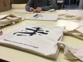 Taller de serigrafia per crear les bosses de tela de l'Eix Comercial del Raval