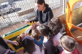 Monitora amb infants en una escola