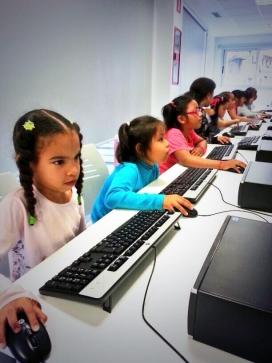 Sessió d'informàtica per a infants a Itaca