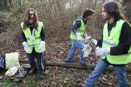 Joves fent voluntariat ambiental - Universidad de Navarra a Flickr