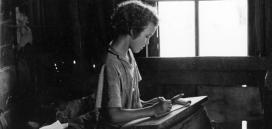 Nena escribint al 1937. Font: Galeria del Kheel Center