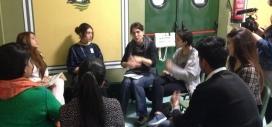 Joves del barri del Raval en una reunió