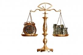 Imatge balança amb diners i rellotge. Font: pixabay