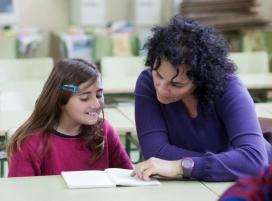 Voluntària amb una nena participants al programa LECXIT (Font: xarxanet.org)