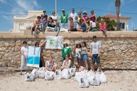 El grup de voluntariat ambiental del Posidonia Festival a Sitges durant la passadaedició (imatge: PosidoniaGreenFestival.com)