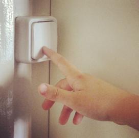 Una mà que redueix el consum de llum (imatge:instagram/xvac)