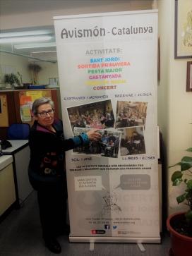 Blasco davant el cartell que anuncia algunes de les activitats grupals de l'entitat. Font: Júlia Hinojo