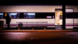 Noia al tren_Nacho Rascón_Flickr