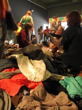 Participants del taller de reciclatge de roba a la UAB.