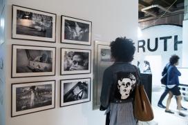 Visitant de l'exposició a Nova York