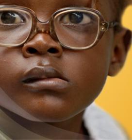 Nen amb ulleres. Imatge de la plana web d'IAPB