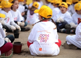 Nena petita que participa en el Good Deeds Day. Font: Good Deeds Day