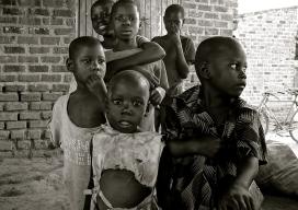 Nens i nenes a Uganda. Font: Pixabay