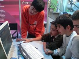 Uns nens fan servir l'ordinador