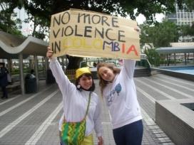Dues dones reclamen no més violència a Colòmbia.