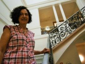 La directora del col·legi a les escales de l'edifici. Font: Zonasec. Autor: Jordi Molina