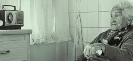 Una senyora gran escolta la ràdio per combatre la seva soledat