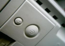 Botó per encendre un ordinador. Font: pcora (flickr.com)