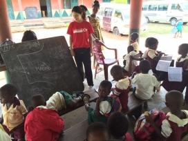 Voluntària de l'empresa social en un orfenat. Font: CV