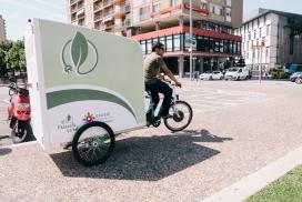 Repartiment a Plaça Catalunya, de Girona, realitzat amb el tricicle de tracció elèctrica. (Font: Càritas Girona)