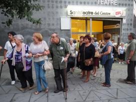 Un grup de persones usuàries d'Avismón sortint d'un concert, a Sants. Font: Avismón