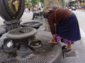 Dona rentant-se els peus a Canaletes. Font: Creu Roja