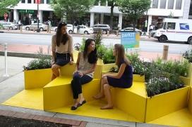 Una de les reinvindicacions més habituals a les ciutats és la de tenir més espais verds on poder compartir moments amb els veïns i veïnes (imatge: parkingday)