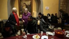 El pare Ángel i la religiosa teresiana catalana Viqui Molins a la parròquia de Santa Anna (Font: EFE)