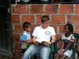 Voluntari de les PBI amb persones que han patit el conflicte. Font: PBI