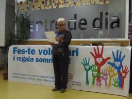 La voluntària més antiga de l'entitat, llegint un comunicat.