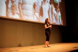 Yve Ramirez, coneguda pel seu blog La Ecocosmopolita, va presentar el movimennt 350.org (imatge: flickr/barcelonacentrededisseny)